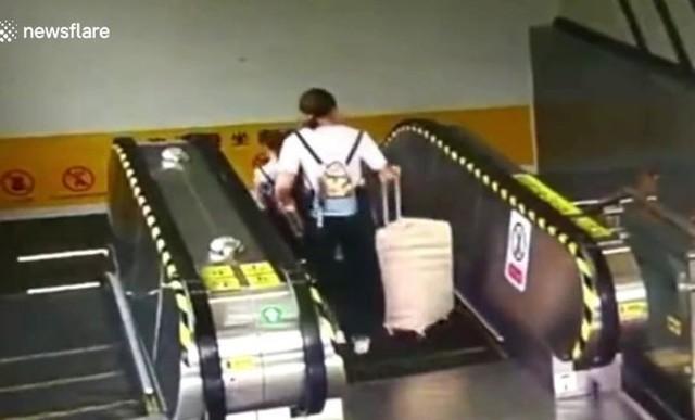 エスカレーターで荷物を落とすとこうなる.jpg