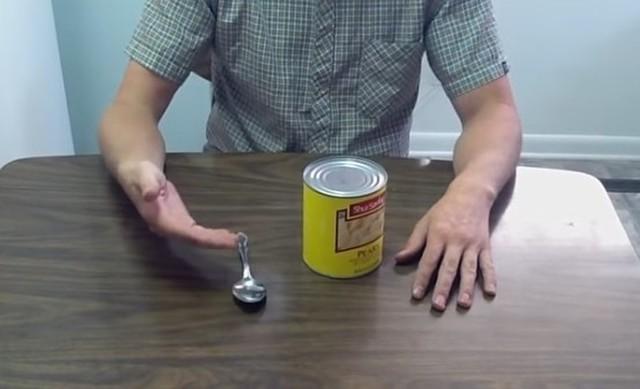 スプーンだけで缶詰を開ける方法.jpg