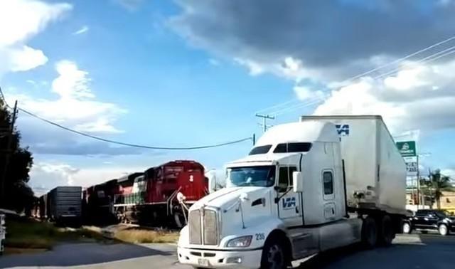 トレーラーが電車と踏切でぶつかる.jpg