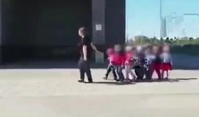 ロシアで手をつないで幼稚園児を散歩させる保母さん.jpg