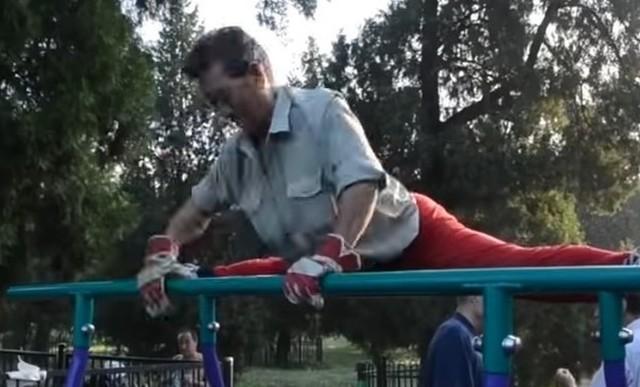 中国の公園で鍛える老人達.jpg