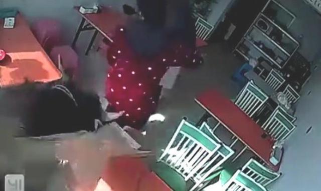 女性ごと店に突っ込む水牛.jpg