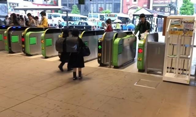 日本の子供は独自に街を歩く.jpg