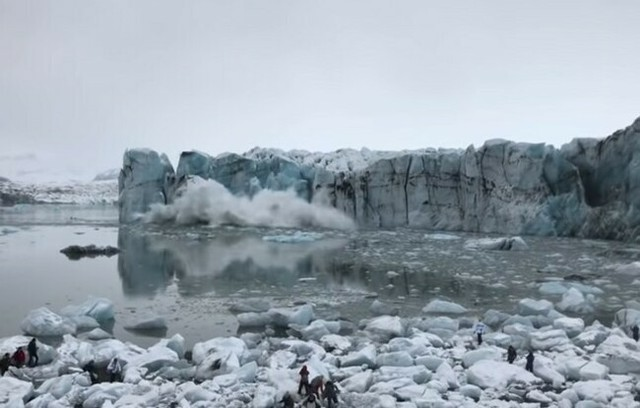 氷の崩落により生まれる津波.jpg