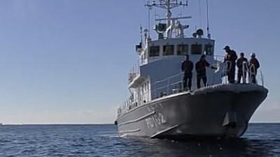 海上保安庁の船に職質を受ける釣り船.jpg