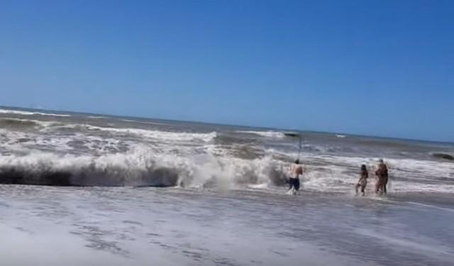 溺れる若者を助ける釣り人.jpg