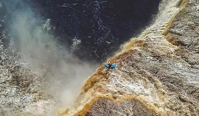 滝から落ちるカヤック.jpg