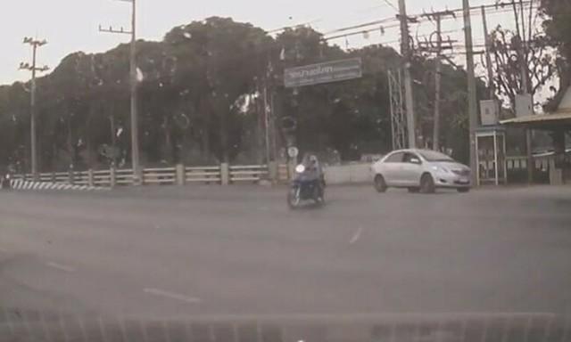 目の前でバイクが跳ね飛ばされる事故.jpg