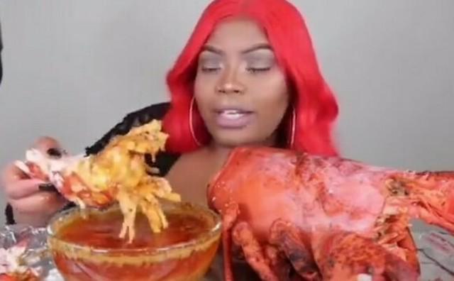 超巨大ロブスターを食べる女.jpg
