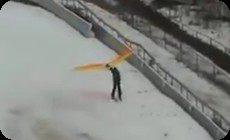 スキーのジャンプ台からパラグライダー