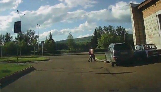 少女二人の自転車乗りを同時轢き