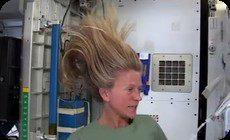 宇宙で髪を洗う方法