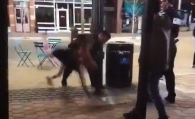 警官が女性を投げる