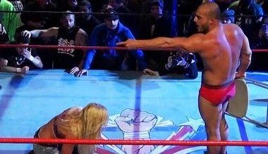 プロレスラーが女子プロレスラーを破壊