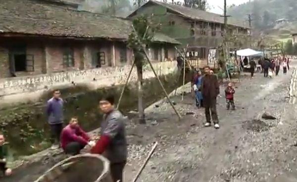 中国の農村部を機関車が行く。世界の車窓