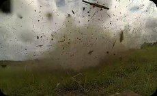 爆発の中を飛ぶバタフライ蝶々