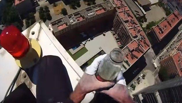 ビルを登る人視点の映像