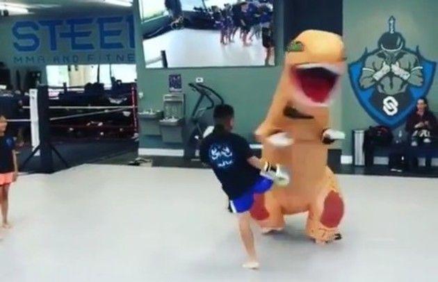 キックボクシングの練習でティラノサウルス