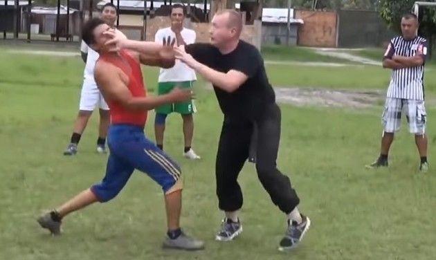 目つぶしをする格闘技