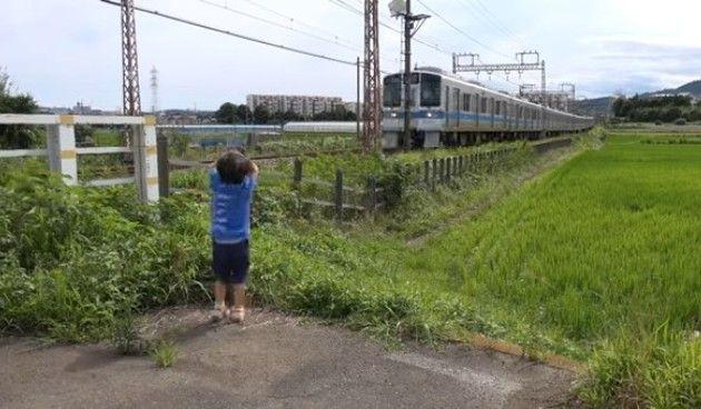 電車に手を振る少年