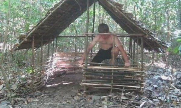 ゼロからサバイバルで家を作る男