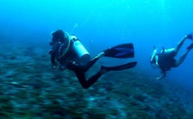 潮の流れに流されるダイバー