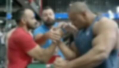 70kg男性 VS 120kgボディビルダーの腕相撲、信じられない結果にwww.jpg