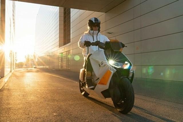BMW社が開発した初の電動スクーター.jpg