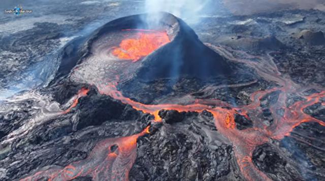 アイスランドの火山が激しく沸騰し溢れる様子.png