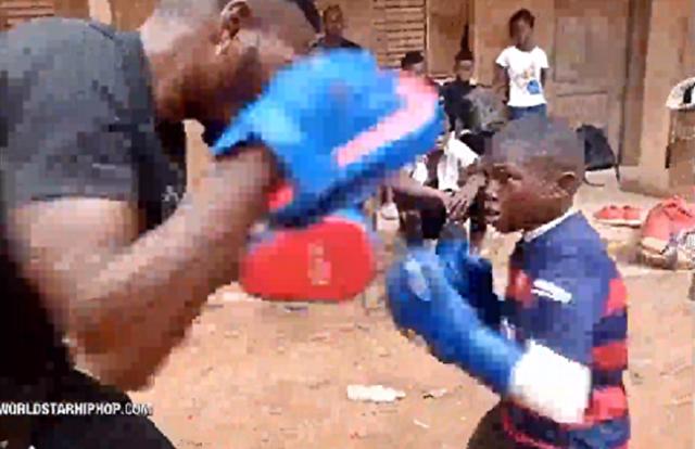 アフリカの少年ボクサーのミット打ち.png