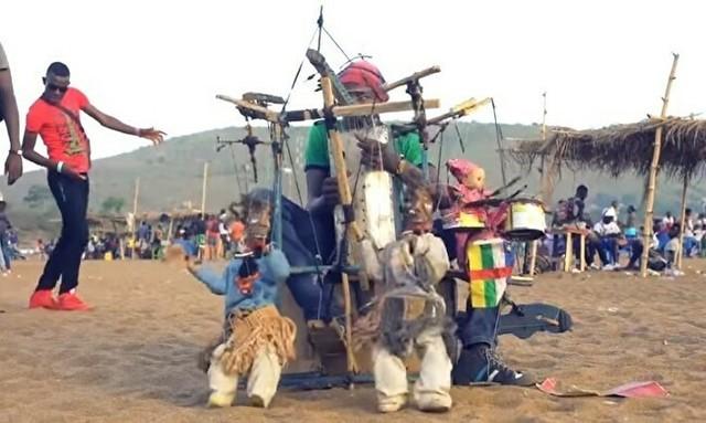アフリカの特殊な楽器奏者兼人形遣い.jpg