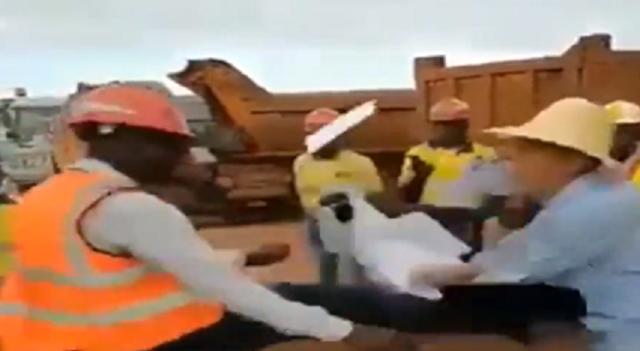アフリカの現場で中国人管理者とアフリカ人労働者がケンカ.png