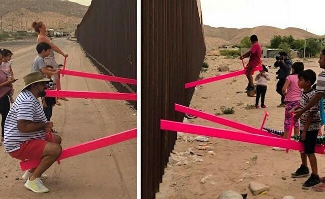 アメリカとメキシコの国境でシーソー.jpg