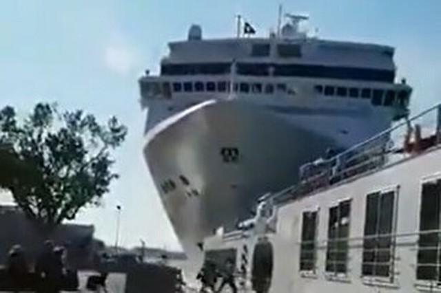 イタリアの船が港に衝突.jpg