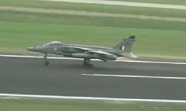 インドの戦闘機がバードストライク.jpg