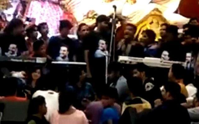 インドの歌手が歌ったら舞台が落ちた.jpg