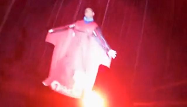 ウィングスーツで暗闇を飛ぶと映画の特殊効果みたい.png