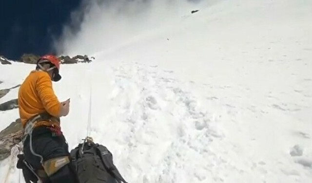 エベレストから滑落する人の映像.jpg