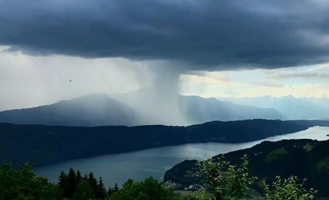 オーストリアの湖に降る雨.jpg