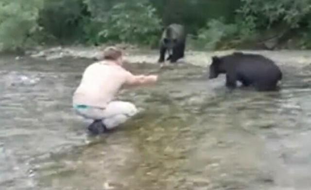 クマを餌付けする釣り人.jpg