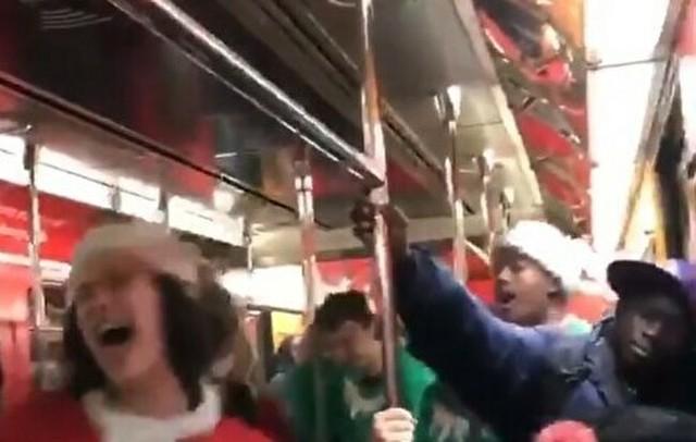 クリスマスの電車内でシラケている男.jpg