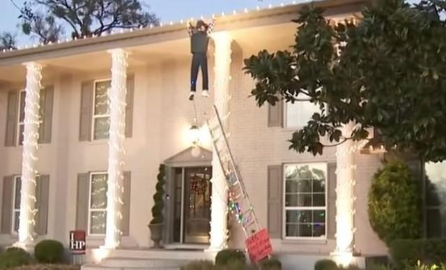 クリスマスの飾りを助ける男.jpg