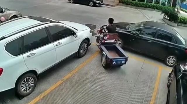 クルマを一人で動かすデリバリーのバイク.jpg