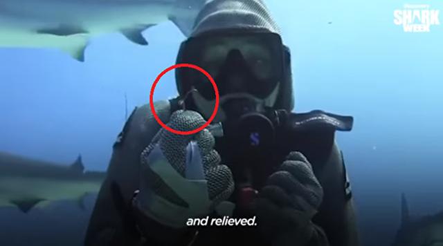 サメの釣り針を取ってあげる女性.png