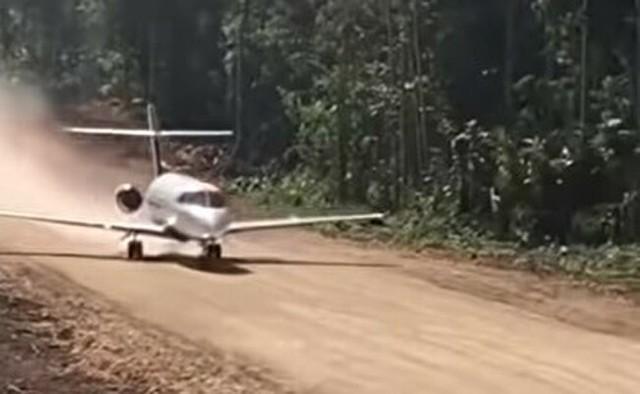 ジャングルの滑走路から飛ぶ小さな飛行機.jpg