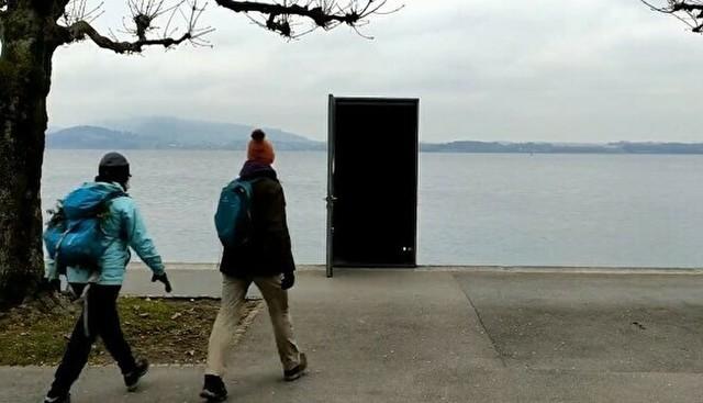 スイスの湖岸に建てられたドアの芸術.jpg