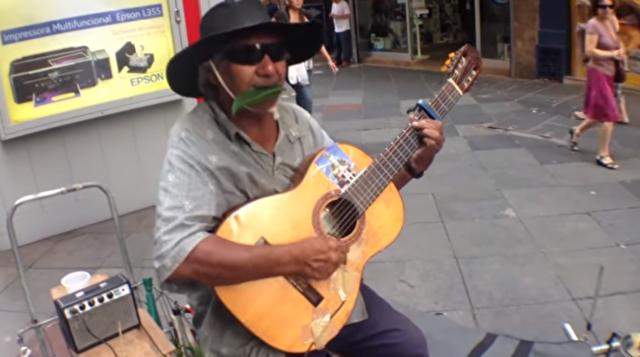 ストリートミュージシャンが草笛をトランペットに見事な演奏.png