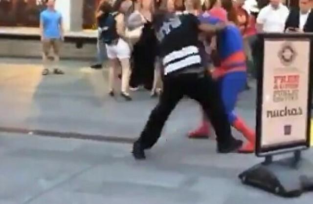 スパイダーマンが街中でケンカ.jpg