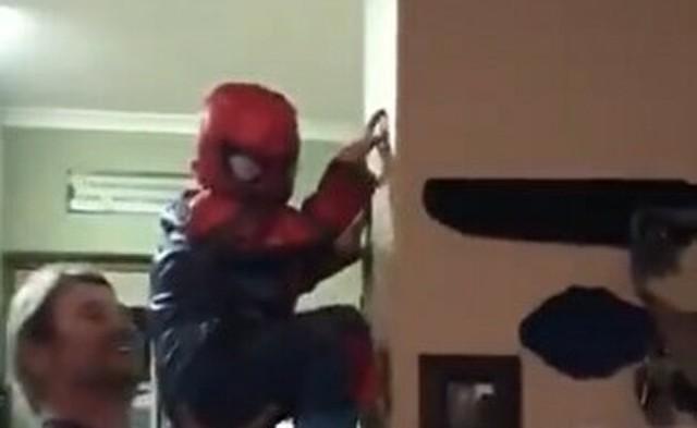 スパイダーマンになりたい子供の手伝い.jpg