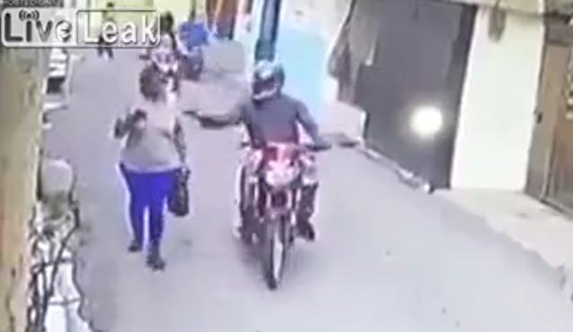 スマホを弄りバイクに乗った男にひったくり強盗.png